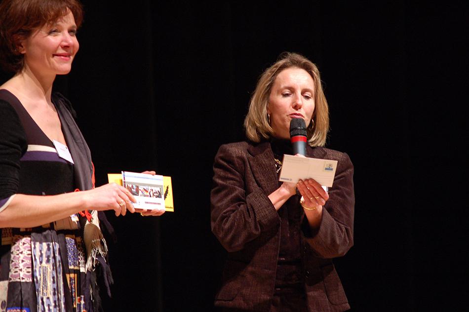 Anne-Marie Jean, Déléguée aux affaires territoriales Alsace du groupe La Poste, nous présente les cartes postales du Club.
