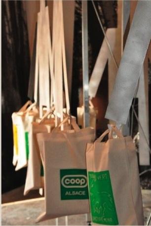 Représentation même de la consommation, ces cabas sont l'objet d'une opération caritative